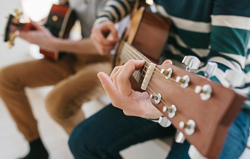 Olive House - Art - Gitarre spielen