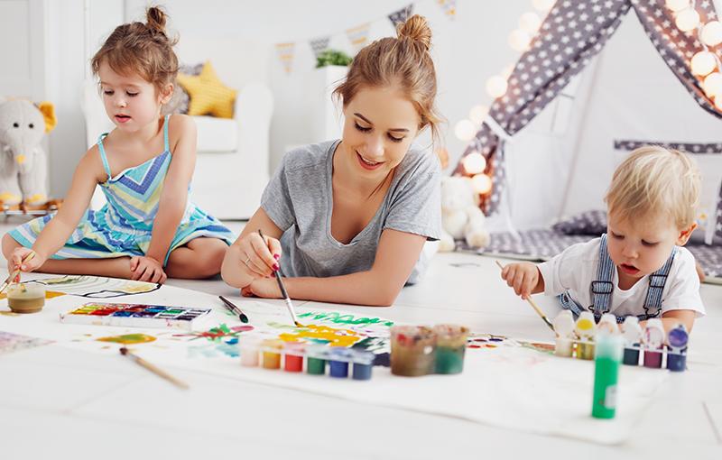 Olive House - Care - Mutter und Kinder malen